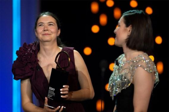 Alina Grigore neemt de prijs voor de beste film in ontvangst.