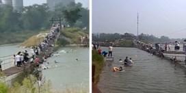 Tientallen toeristen vallen in rivier wanneer ketting van hangbrug het begeeft
