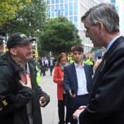 Man met hersenverlamming confronteert Britse politicus op straat met 'onmenselijk beleid'
