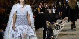 Klimaatactivisten kapen catwalk tijdens modeshow Louis Vuitton
