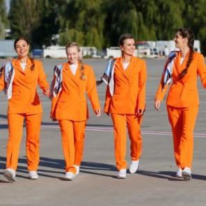 Oekraïense stewardessen ruilen 'onveilige' hoge hakken voor hippe sneakers