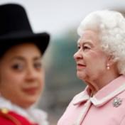'Britse Queen' doet hoofden draaien: hyperrealistisch wassen beeld maakt toer door Engelse straten