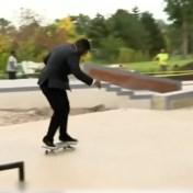 Reporter pakt uit met zijn skateboard tijdens live verslag