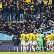 Nederlandse supporters komen met de schrik vrij nadat tribune deels instort