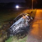 Brandweer blust wagen die in gracht is beland na ongeval, maar bestuurder is spoorloos