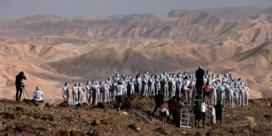 Honderden naakte mensen vragen aandacht voor krimpende Dode Zee