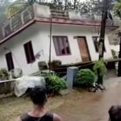 Huis in India zakt in kolkende rivier