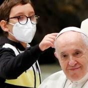 Jongen probeert kapje van paus in handen te krijgen tijdens ceremonie