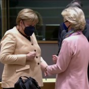 Angela Merkel twijfelt over handdruk met Von der Leyen op haar laatste EU-top
