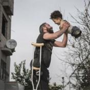 Gezinsgeluk én oorlogshorror in één beeld: 'Foto van het jaar' gaat de wereld rond