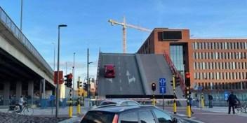 Auto met jong gezin belandt op dak na val van openstaande brug